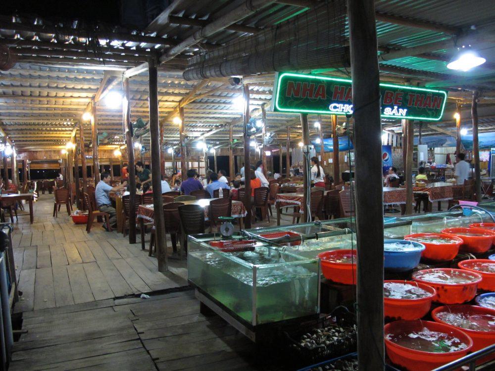 海上レストランNhà Hàng Nổi Bé Thân - Lăng Cô