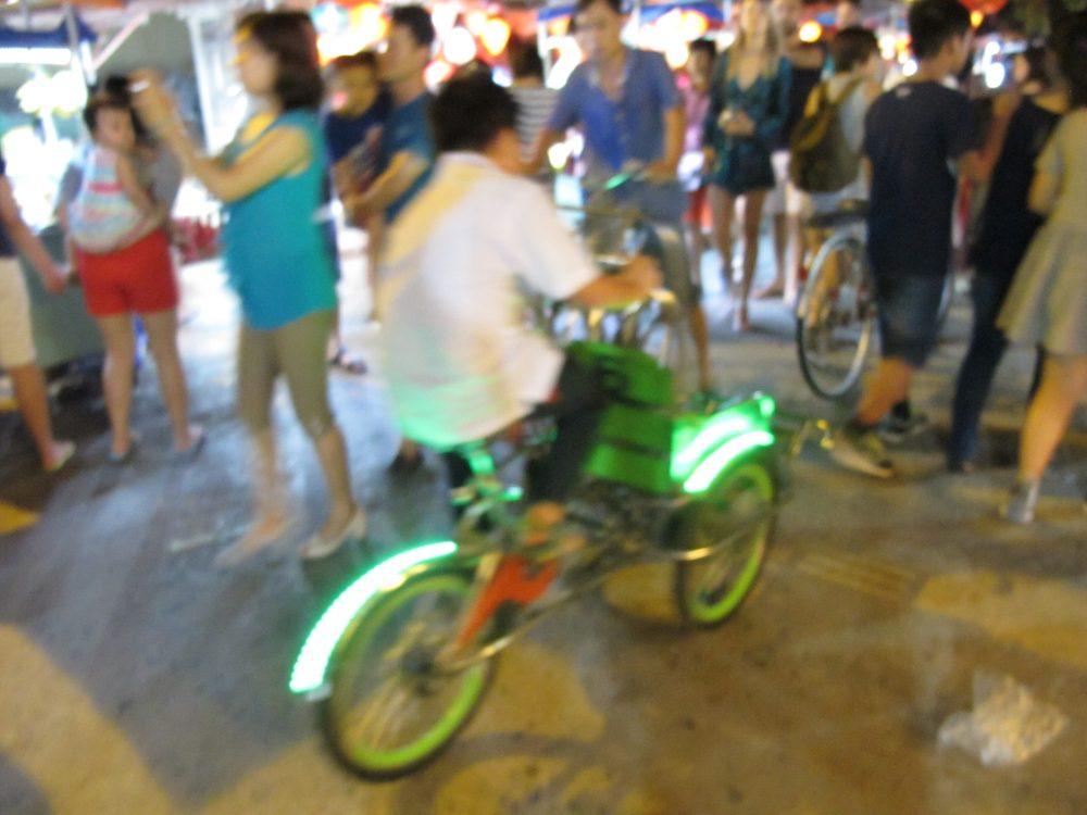 自転車タクシーを運転する少年