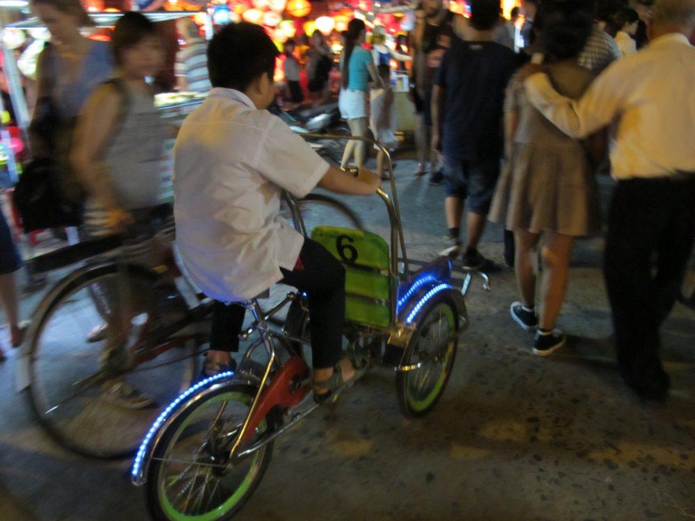 ダナンで自転車タクシーを運転する少年