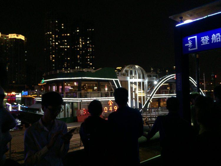船で川を遊覧できます。