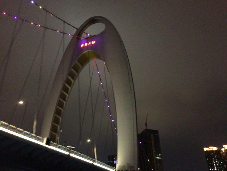 広州大橋の下もくぐります。