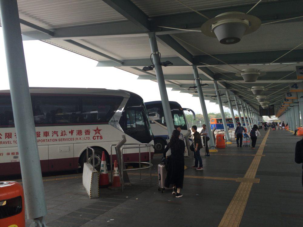 出国審査後にバスは待っている