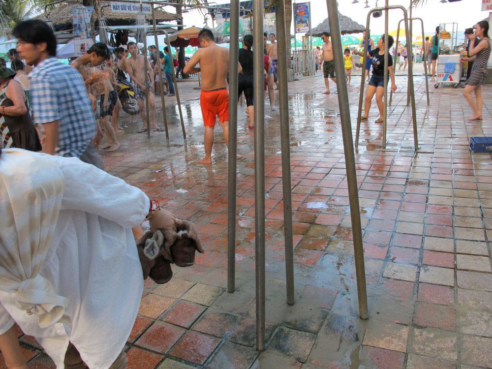 海水浴をすれば無料のシャワーもあります