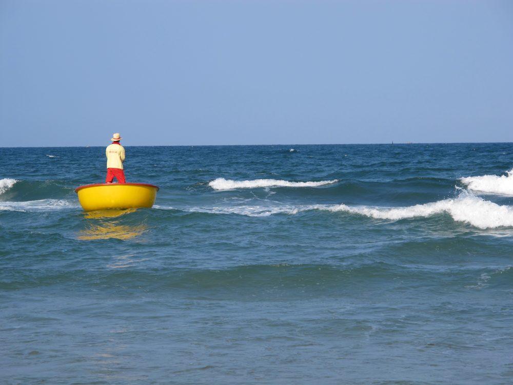 投げ縄漁をする漁師
